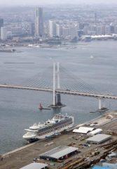 横浜港に停泊するクルーズ船「ダイヤモンド・プリンセス」=22日午後1時5分(共同通信社ヘリから)